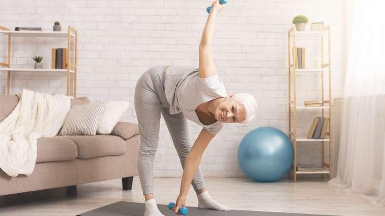 Nie tylko gimnastyka – domowe ćwiczenia dla seniorów, które pomogą utrzymać sprawność organizmu