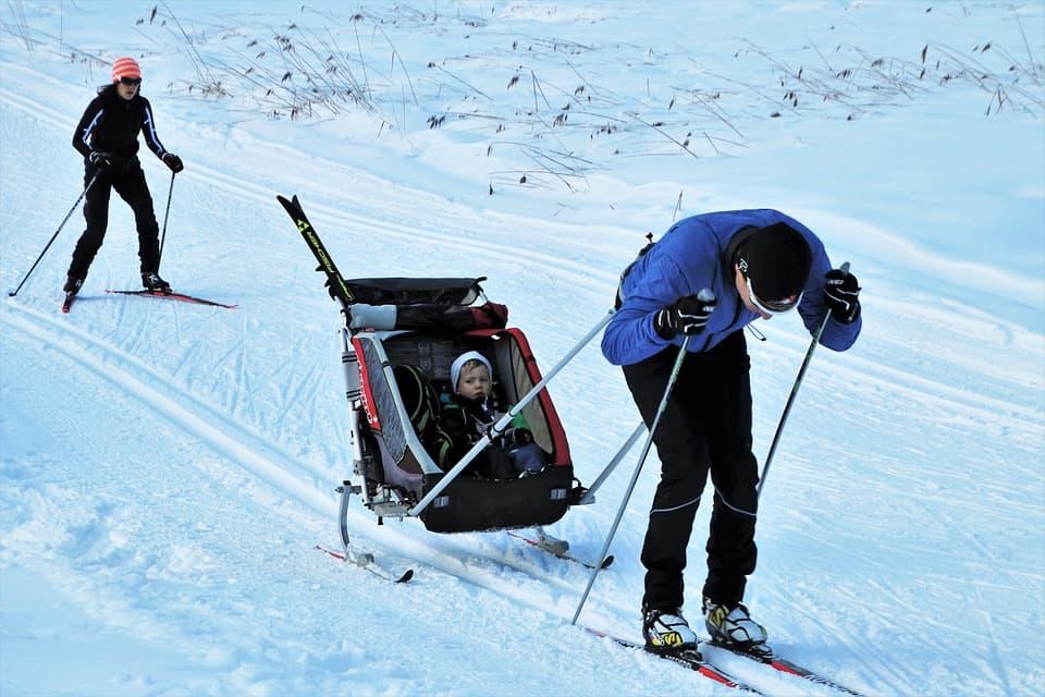 Przyczepki do narciarstwa biegowego – wyrusz na stok z maluchem!