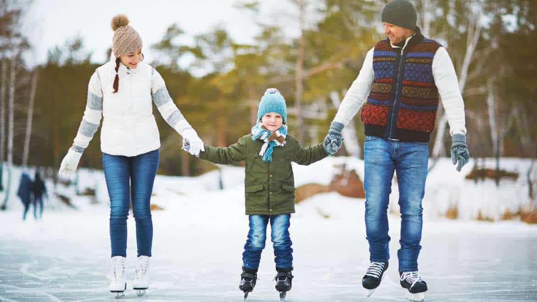 Białe szaleństwo w gronie najbliższych. Najciekawsze sporty zimowe dla rodzin