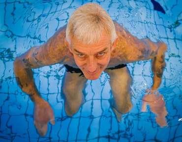 Jak senior w wodzie – o znaczeniu zajęć na pływalni dla osób starszych