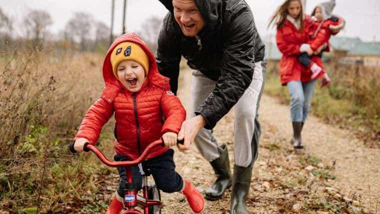 Sportowe zabawy z dziećmi na świeżym powietrzu