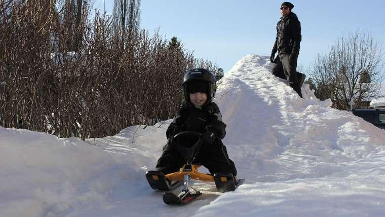 Zimowe sporty dla dzieci – które z nich sprawiają największą frajdę?