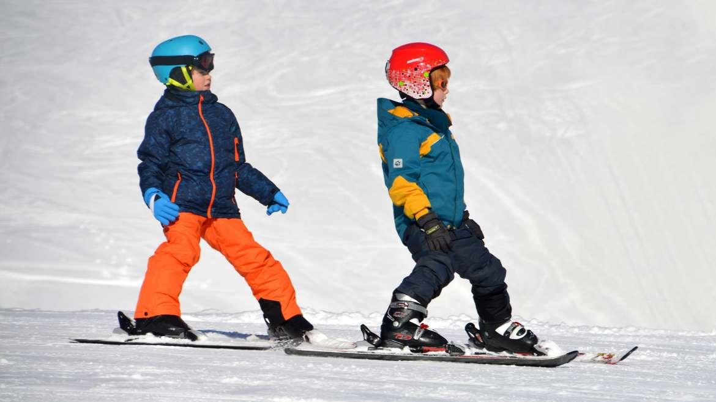 Najlepsze miejsca do nauki jazdy na nartach dla młodych adeptów białego szaleństwa