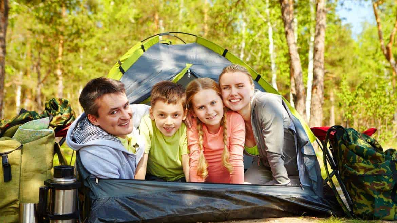 Rodzinny nocleg pod chmurką. Jaki namiot sprawdzi się najlepiej?
