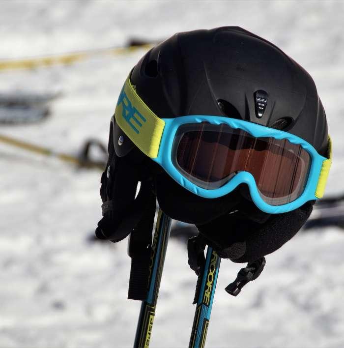 Ochronne akcesoria narciarskie – bez czego nie powinno się wychodzić na stok?