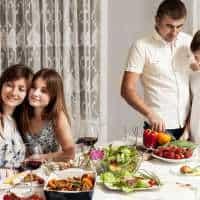 Dlaczego warto wspólnie zasiadać przy stole – o znaczeniu rodzinnych posiłków