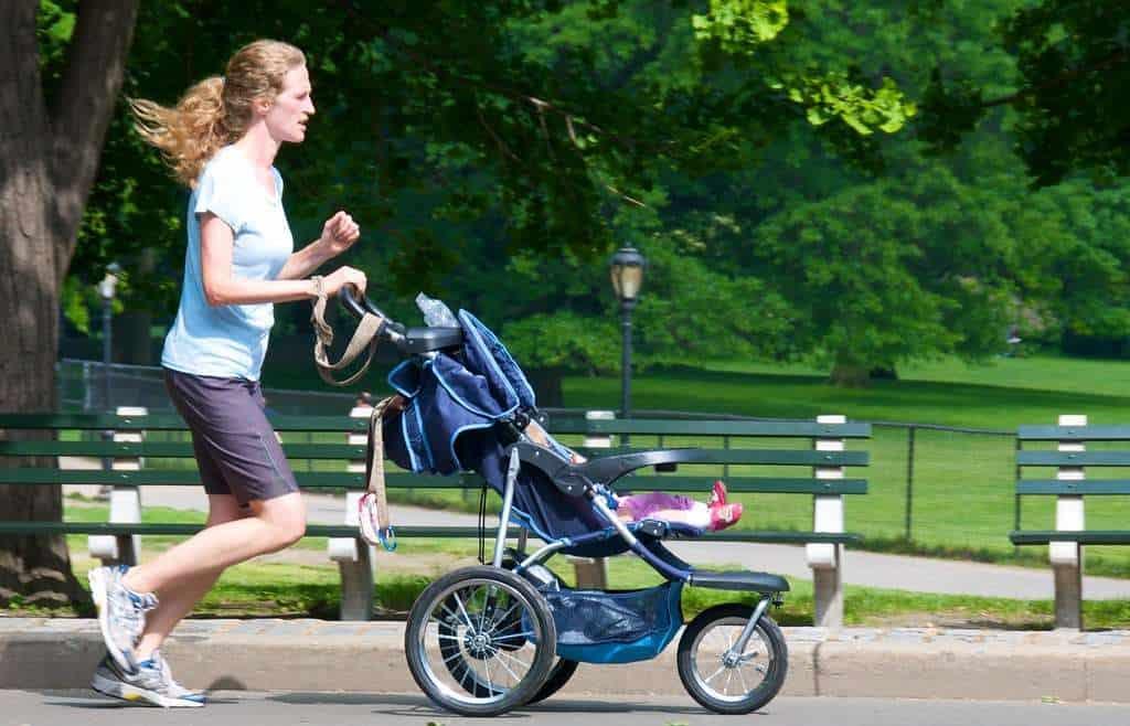 Mama i dziecko zawsze razem. Jak wyglądają ćwiczenia z wózkiem?