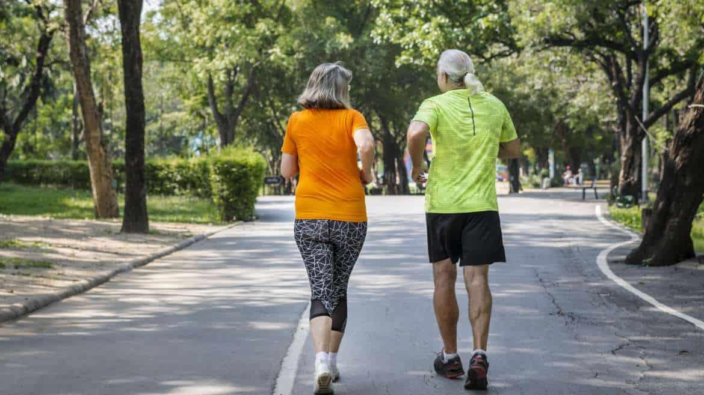 Bieganie dla seniorów – jak trenować, aby uniknąć kontuzji?
