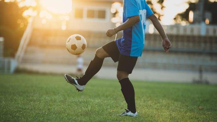 Akcesoria sportowe dla młodego piłkarza