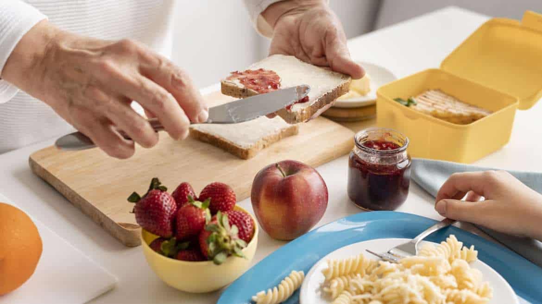 Jak zapobiegać niedoborowi błonnika pokarmowego w diecie seniora?